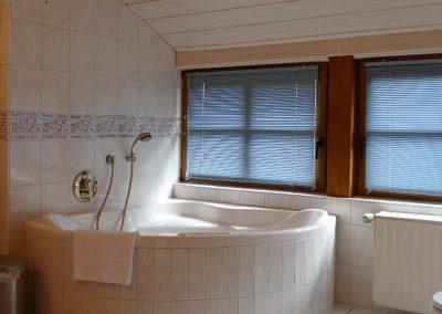 Große Eckbadewanne im Bad des Gästehauses